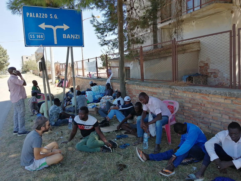 sit-in-migranti-Palazzo-San-Gervasio