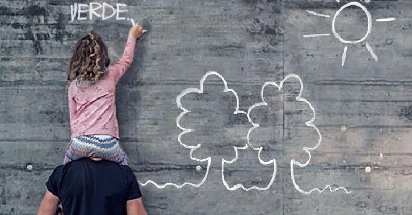 Bambina che scrive sul muro