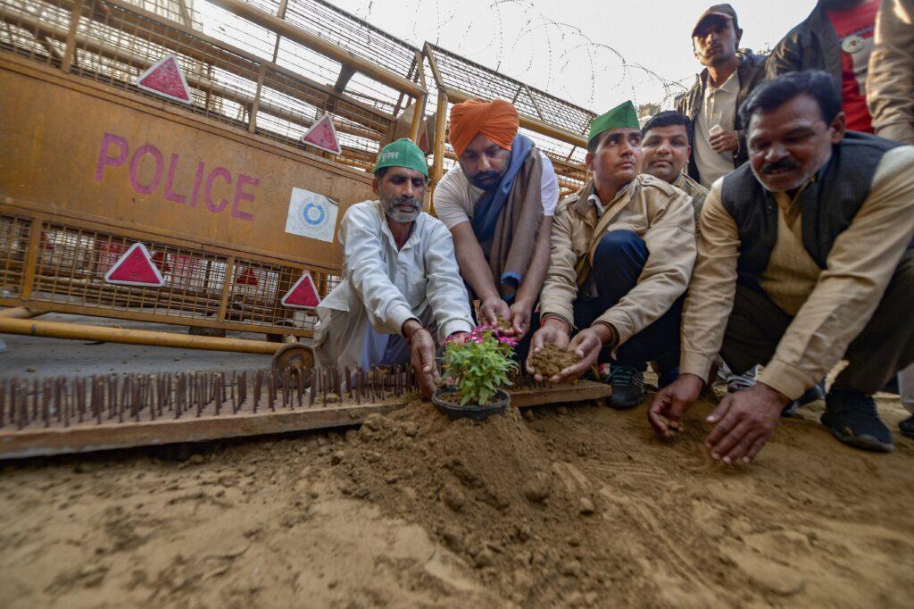 Le mani che impugnano l'aratro non si congiungeranno mai per implorare. 200 giorni della mobilitazione dei contadini in India