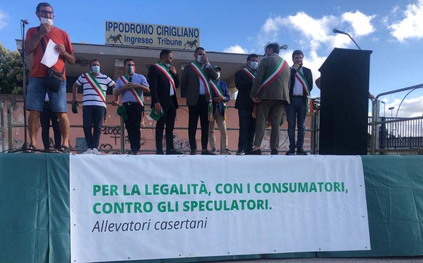 Adesso la Regione Campania ascolti gli allevatori e i sindaci. Dica da che parte sta e mandi a casa chi ha fallito.